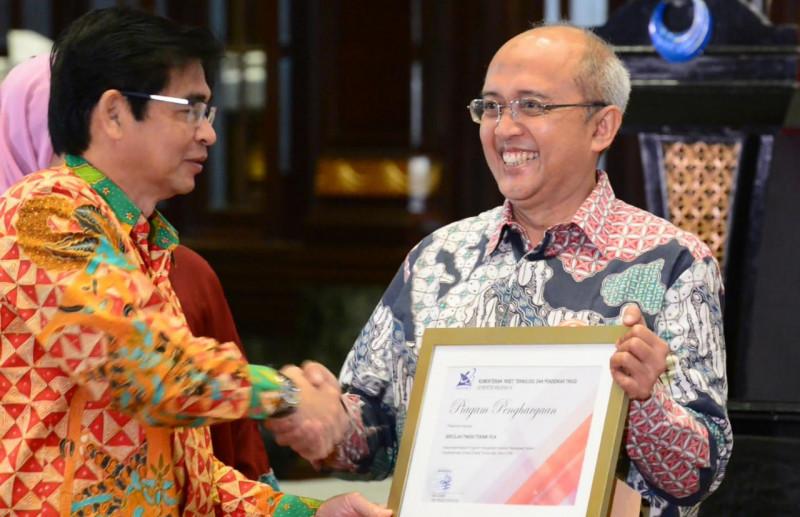 Dr. Ir. Supriadi Legino bersama Tim LK-TOSS KLISI meraih Penghargaan