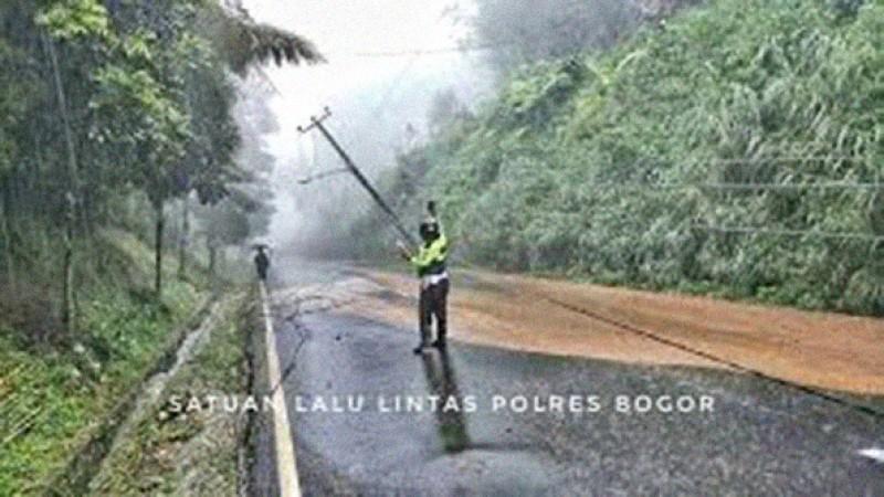 Hujan Deras, Sejumlah Tiang Listrik Roboh Terkena Longsor