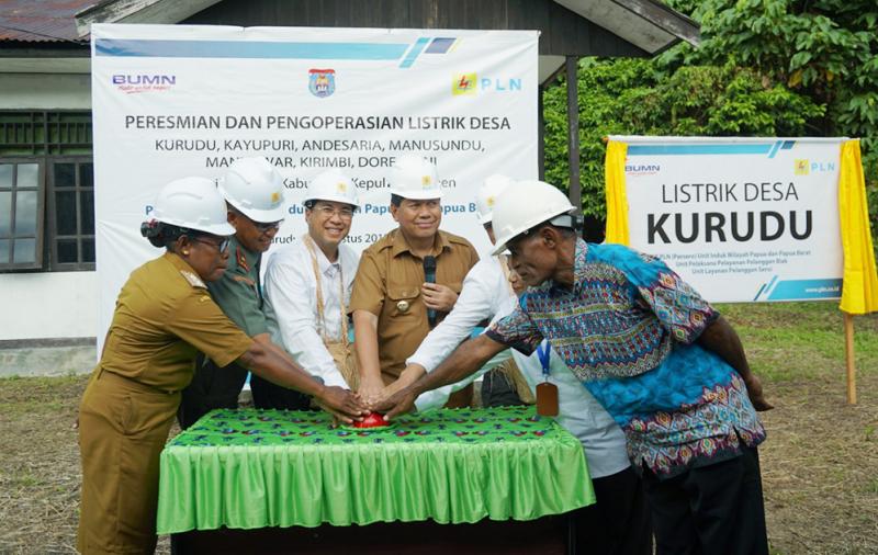 Jelang Hari Kemerdekaan, PLN Listriki 8 Desa di Kabupaten Kepulauan Yapen