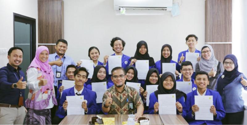 Penyerahan Kontrak Kerja PLN Kepada Mahasiswa STT PLN DIII Kelas Kerjasama