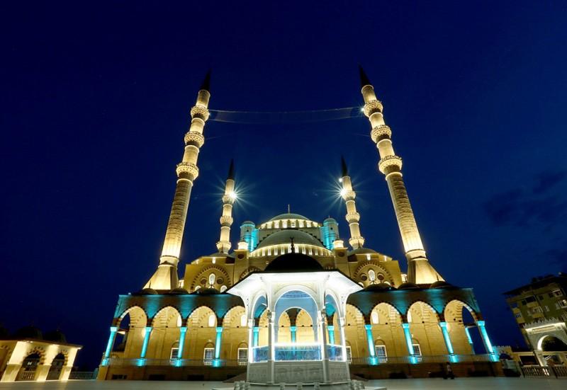 Tonjolkan Simbol Spiritual: Masjid Abdülhamid Han Kini Bersinar