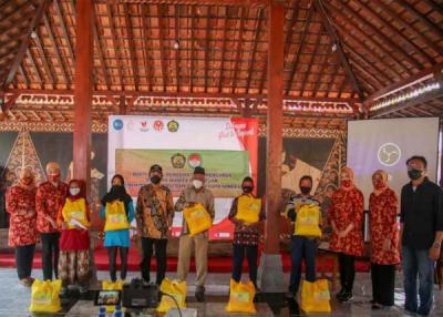 DWP Kementerian ESDM Bagikan Paket Sembako dan Talikasih untuk Warga Desa Djarum Terdampak Pandemi Covid-19