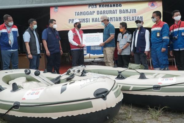 Direksi Pertamina Grup Juga Serahkan Ribuan Paket Bantuan ke Pengungsi Kalsel