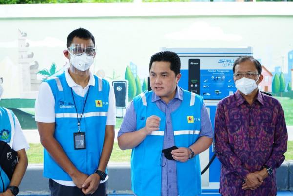 Menteri BUMN Uji Coba Mobil Listrik di Bali