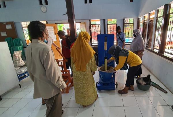 Tingkatkan Produktivitas, PLN Bantu Mesin Produksi UMKM Opak Ketan di Sumedang