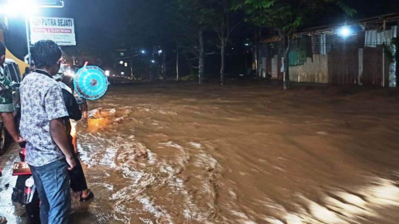 Photo of Sebanyak 298 Gardu Listrik Terendam Banjir di Pameungpeuk Garut